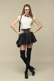 La femme est dans le style de mode dans la mini jupe noire Fille de mode photo libre de droits