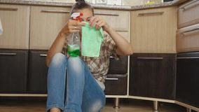 La femme est fatiguée du nettoyage banque de vidéos