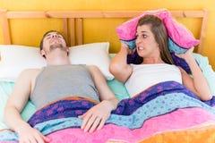 La femme est sans sommeil et fâchée en raison de son mari de ronflement Images libres de droits