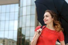 La femme est sous un parapluie Image libre de droits