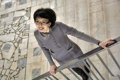 La femme est sur les escaliers Image libre de droits