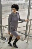 La femme est sur les escaliers Photo libre de droits