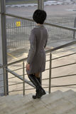 La femme est sur les escaliers Photographie stock