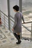 La femme est sur les escaliers Photo stock