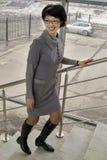 La femme est sur les escaliers Images libres de droits