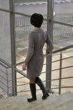 La femme est sur les escaliers Images stock