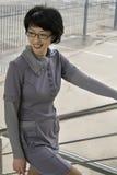 La femme est sur les escaliers Photos libres de droits