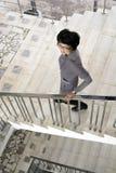 La femme est sur les escaliers Image stock