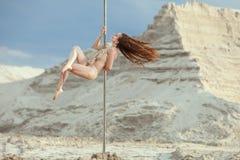 La femme est une danseuse d'acrobate photos libres de droits