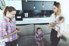 La femme est venue à la maison et châtie l'infirmière, qui n'a pas bien suivi les enfants Photographie stock