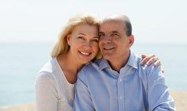 La femme et l'aîné mûrs en mer échouent sur le sourire de vacances Photo stock