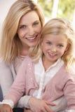 La femme et l'enfant posent dans le studio Photographie stock