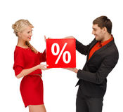 La femme et l'homme avec la vente rouge de pour cent signent Photographie stock libre de droits