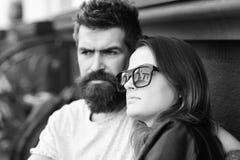 La femme et l'homme avec les visages sérieux ont la date au café Photos stock