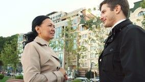La femme et l'homme d'affaires se serrent la main entre eux photographie stock libre de droits