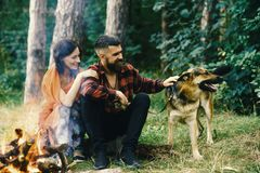 La femme et l'homme des vacances, apprécient la nature Les couples dans l'amour, jeune famille heureuse dépensent des loisirs ave Images stock