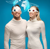 La femme et l'homme en verres 3d regardant le globe modèlent Images libres de droits