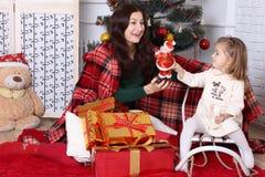 La femme et la fille regardent Santa Claus Images libres de droits