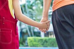 La femme et sa fille ont passé le temps dans le jardin de la villa Photo libre de droits