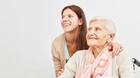 La femme et la femme supérieure envisagent l'avenir avec un sourire Image stock