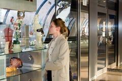 La femme examinent l'afficher-hublot Images stock