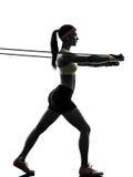 La femme exerçant la résistance de séance d'entraînement de forme physique réunit la silhouette photos libres de droits
