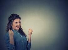 La femme exulte les poings de pompage célèbre le succès Émotions humaines positives Images stock