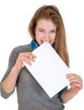 La femme fâchée tient le papier de page blanche Photos stock
