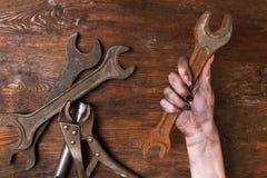 La femme féminine de réparateur remet le féminisme d'outils de clé Images stock