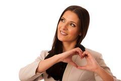 La femme faisant des gestes l'amour et la passion avec des mains au coeur forment Image libre de droits