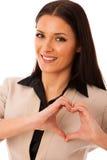 La femme faisant des gestes l'amour et la passion avec des mains au coeur forment Photographie stock libre de droits