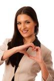 La femme faisant des gestes l'amour et la passion avec des mains au coeur forment Photo stock