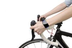 La femme faisante du vélo remet le smartwatch de port avec l'écran tactile vide Image libre de droits