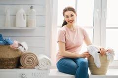 La femme fait la blanchisserie photos libres de droits