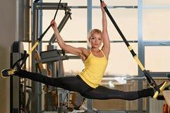La femme fait des fentes avec la boucle de forme physique photos stock