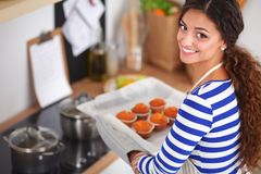 La femme fait des gâteaux dans la cuisine Image libre de droits