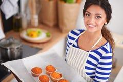 La femme fait des gâteaux dans la cuisine Photo stock