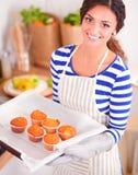 La femme fait des gâteaux dans la cuisine Images libres de droits