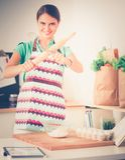 La femme fait des gâteaux dans la cuisine image stock