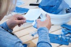 La femme fait des ornements à partir des textiles photographie stock