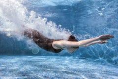 La femme fait des sports dans la piscine images libres de droits