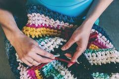 La femme fait du crochet photographie stock libre de droits