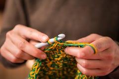 La femme fait du crochet photos libres de droits