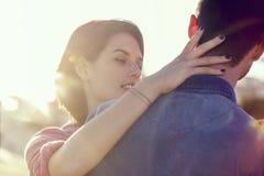 La femme fait un geste doux de l'affection à son homme image stock