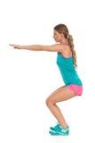La femme fait une posture accroupie Vue de côté Photo stock