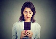 La femme a fatigué des restrictions de régime implorant la barre de chocolat Images stock