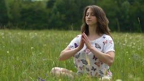 La femme finit la méditation avec le namaste dehors, gratitude de yoga de mouvement lent à Dieu clips vidéos