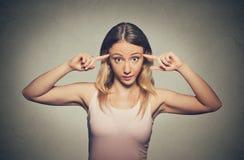 La femme folle fâchée faisant des gestes avec ses doigts contre demander de temple sont vous fou ? Photos stock