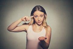La femme folle fâchée faisant des gestes avec son doigt contre demander de temple sont vous fou ? Photographie stock