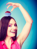 La femme folle tient le gâteau de chocolat sur la tête Photos libres de droits